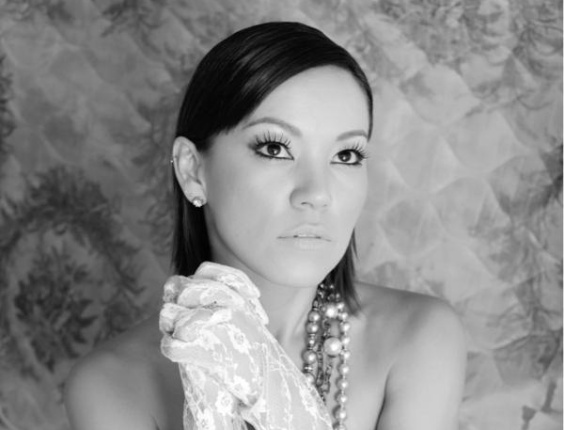 Geovanna Tominaga posa sensual para ensaio fotográfico e posta foto no Twitter (16/2/12)