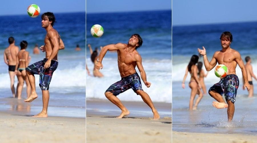 Kayky Brito joga futebol na praia do Leblon, zona sul do Rio (17/2/2012)