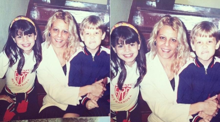 Sthefany Brito mostra foto em que aparece ao lado do irmão, Kayky Brito e da mãe quando pequena (22/2/2012)