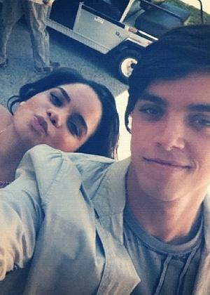 No Twitter, Carol Macedo posta foto ao lado de Rodrigo Simas (23/2/12)