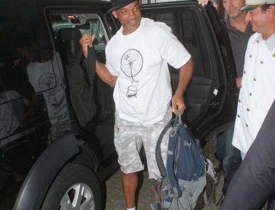 """Will Smith chega ao Rio de Janeiro para divulgar """"Homens de Preto 3"""" (22/2/12)"""