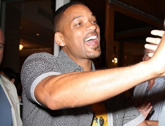 Will Smith sai para jantar no Rio de Janeiro (22/2/12)