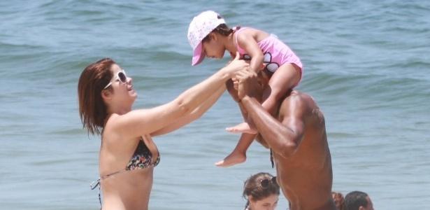 A atriz Samara Felippo e família curtem sol na Praia da Reserva nesta sexta (24/2/12)