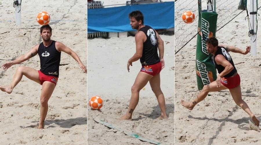O ator e apresentador Mário Frias joga futevôlei na praia da Barra da Tijuca, na zona oeste do Rio de Janeiro (27/2/12)