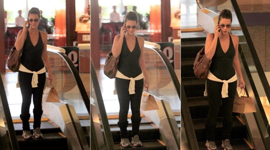 Camila Rodrigues passeia em shopping da zona oeste do Rio (28/2/2012)