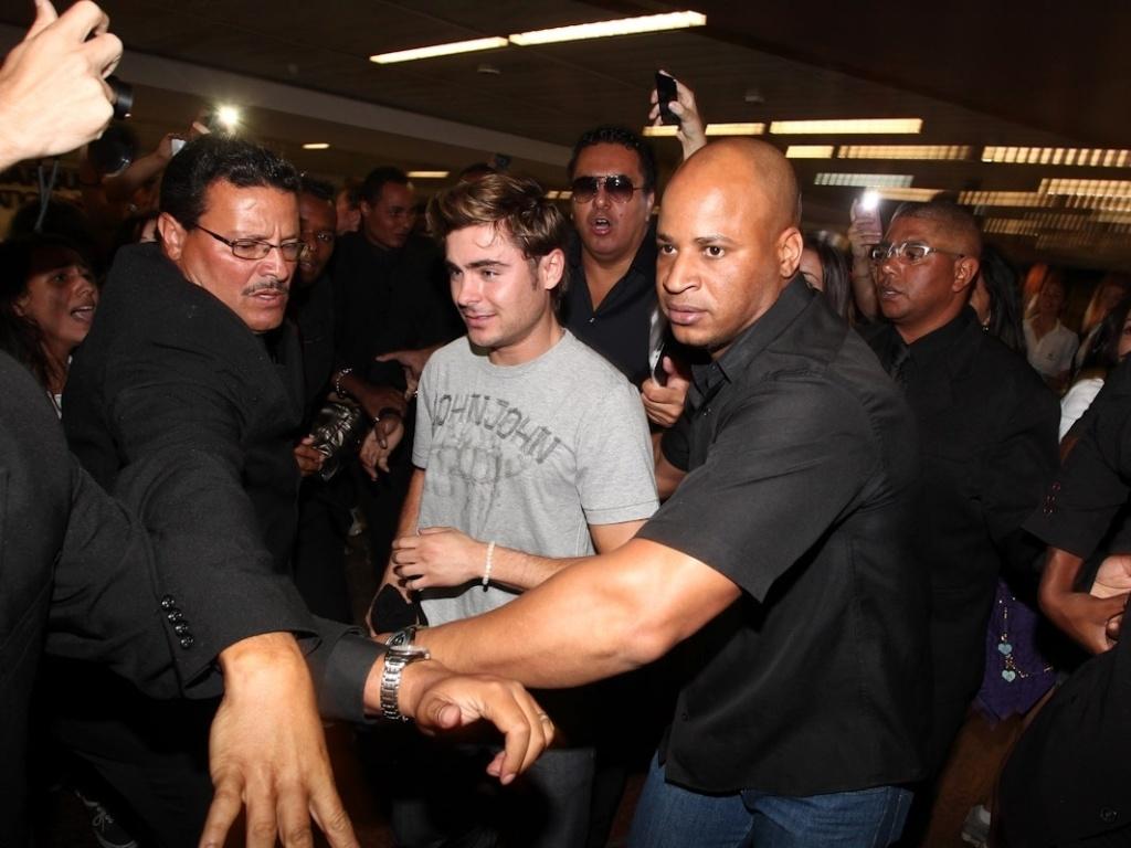 Cercado por seguranças, o ator Zac Efron, estrela do filme