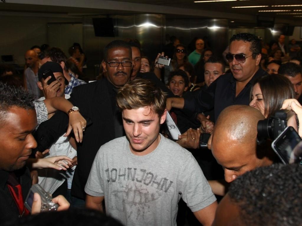 Zac Efron é assediado pelos fãs ao desembarcar em São Paulo nesta terça-feira. O ator irá participar de três inaugurações de lojas na capital e também no interior (Campinas e Ribeirão Preto) (28/2/12)