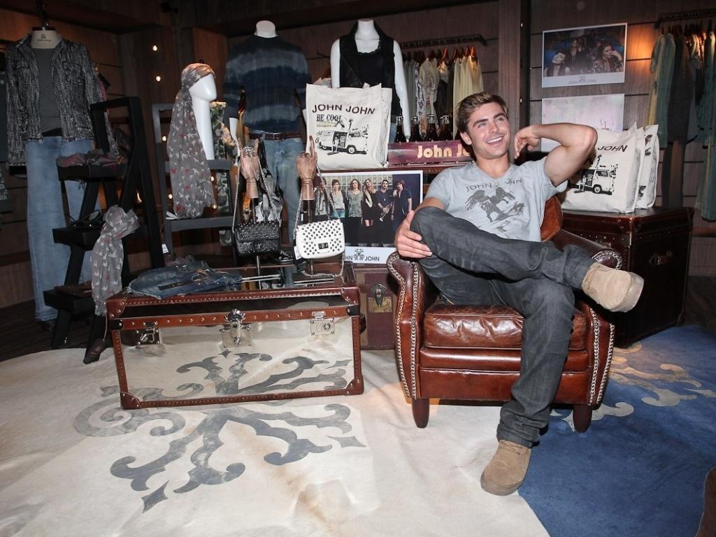 Zac Efron posa para fotos no showroom da marca John John, na Vila Olímpia, em São Paulo (28/2/12)