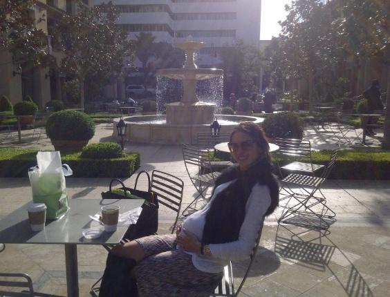 A angel Alessandra Ambrósio exibe a barriga de seis meses de gravidez durante uma tarde em Los Angeles. A top, que já é mãe de Anja, 3, está esperando a chegada do segundo filho com o empresário Jamie Mazur (28/2/12)