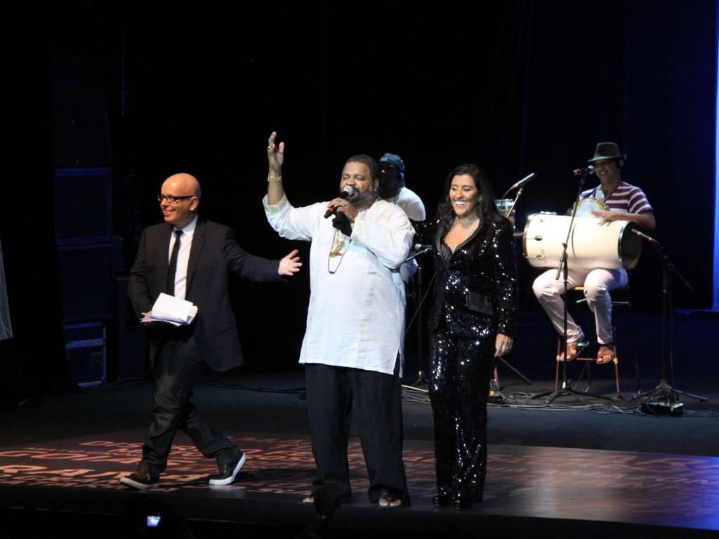 Arlindo Cruz também agitou a noite de premiação no Rio de Janeiro, ao lado de Marcelo Tás e Regina Casé (28/2/12)