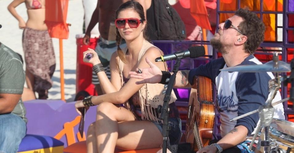 Ellen Jabour grava programa em praia do Rio (29/2/2012)
