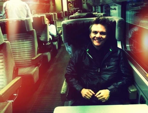 """Em turnê na Europa, Michel Teló publica foto no Facebook a caminho da França. """"No trem a caminho da França. Vamos com Deus. Londres foi top demais"""", escreveu o músico (29/2/12)"""