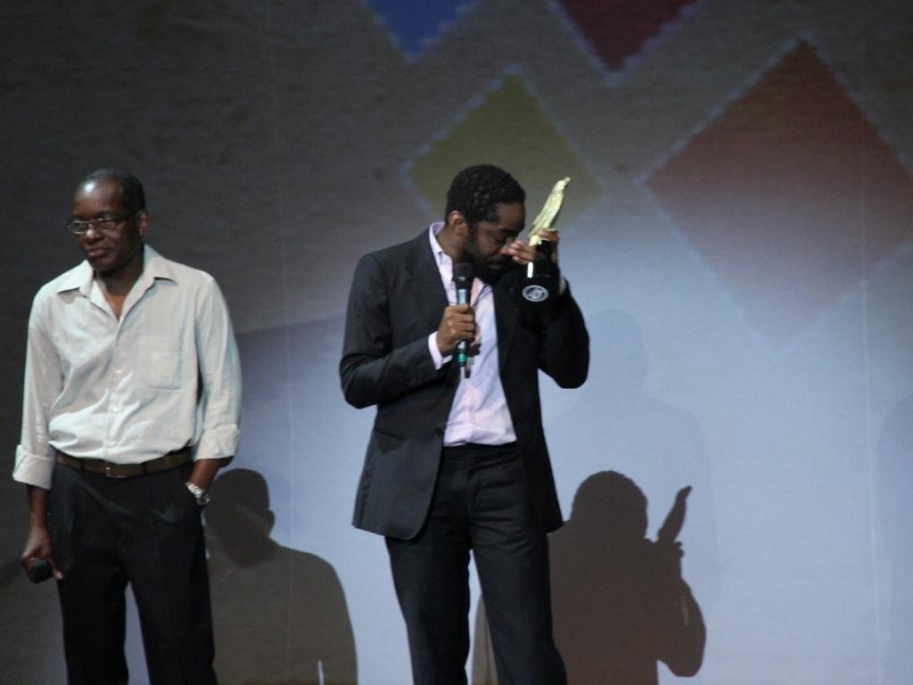 Lázaro Ramos se emociona ao receber o prêmio Anu Dourado. O ator agradeceu a homenagem e elogiou o grupo As Paparutas