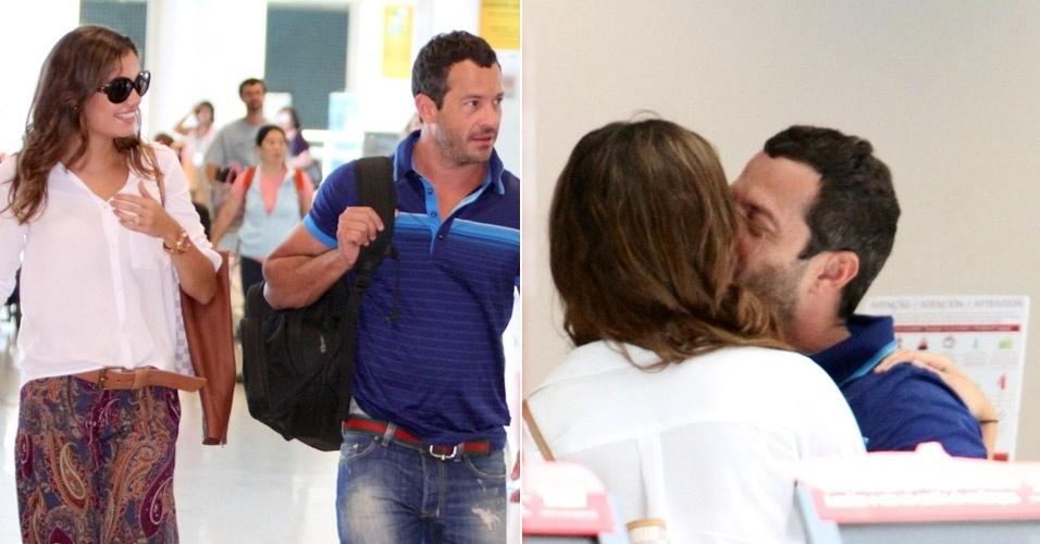 O casal Sophie Charlotte e Malvino Salvador trocaram carícias no Aeroporto Santos Dumont, no Rio de Janeiro, e se beijaram (29/2/12)