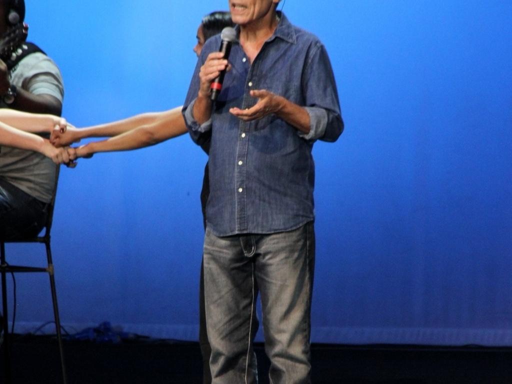 Recebido com muitos aplausos, Chico Buarque de Holanda subiu ao palco do teatro João Caetano e emocionou o público ao cantar