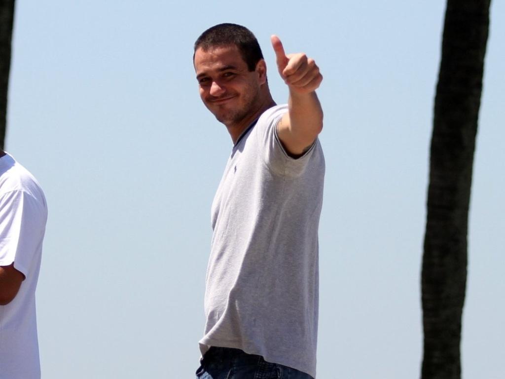 Eliminado do BBB 12, Rafa caminha na orla da Barra da Tijuca, no Rio de Janeiro, e acena para os fotógrafos. Ele foi eliminado com 92% dos votos (1/3/12)