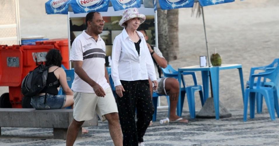 Fernanda Montenegro caminha pela orla da praia do Leblon, zona sul do Rio (1/3/2012)