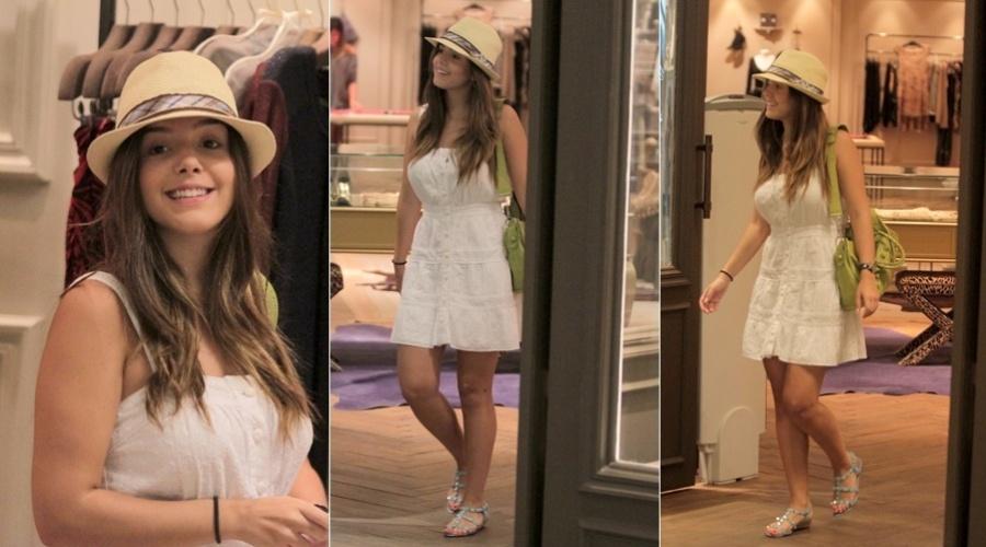 Giovanna Lancellotti passeia em shopping da zona oeste do Rio (1/3/2012)