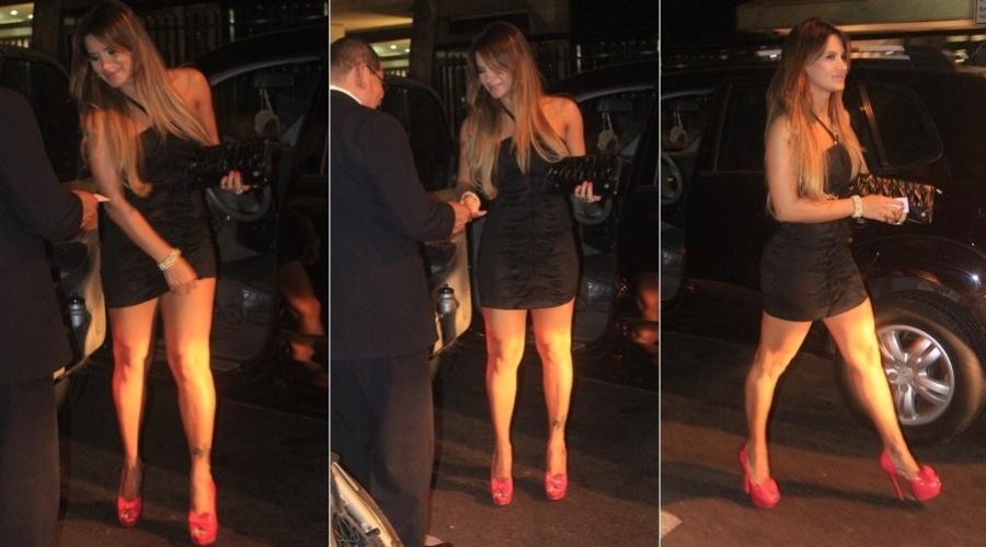 Com um vestido preto bem justo, a modelo Lucilene Caetano, a ex-musa do Goiás, é fotografada no Leblon, na zona sul do Rio (1/3/12)