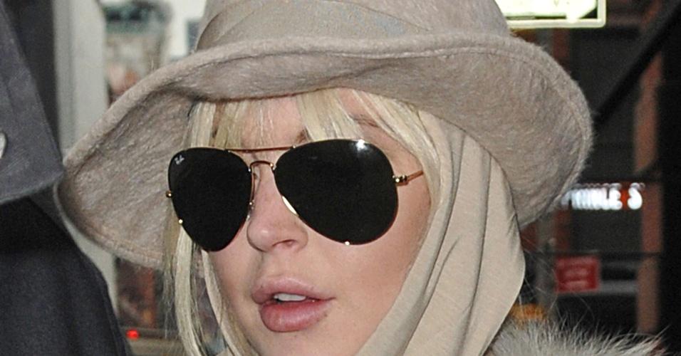 Depois de ser alvo de críticas por aparecer com o rosto inchado, Lindsay Lohan opta por lenço e chapéu para passear nas ruas de Nova York (1/3/12)