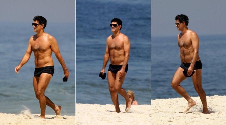 Eduardo Moscovis curte praia no Leblon, zona sul do Rio (2/3/2012)