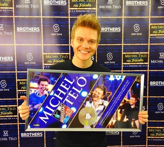 """Em turnê internacional, Michel Teló ganha disco de platina na Europa e comemora. """"Show lindo em Luxemburgo! Ganhei platina da Bélgica! Excelente!"""", escreveu o cantor em sua página do Facebook (1/3/12)"""