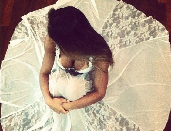 """Mayra Cardi posa com camisola bem decotada. Acompanhando a foto, a ex-bbb colocou um trecho da música """"Circulou"""", da Banda Eva: ?Vem cá... Pode chegar deixa de besteira? (2/3/12)"""