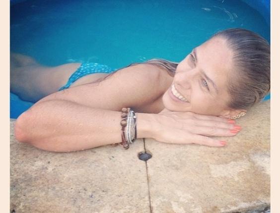 """Adriane Galisteu curtiu a piscina da tarde deste sábado e publicou a foto em seu Twitter. """"Só na boa Vida.... Deliciaaaaa"""", escreveu ela ao lado da foto (3/3/12)"""