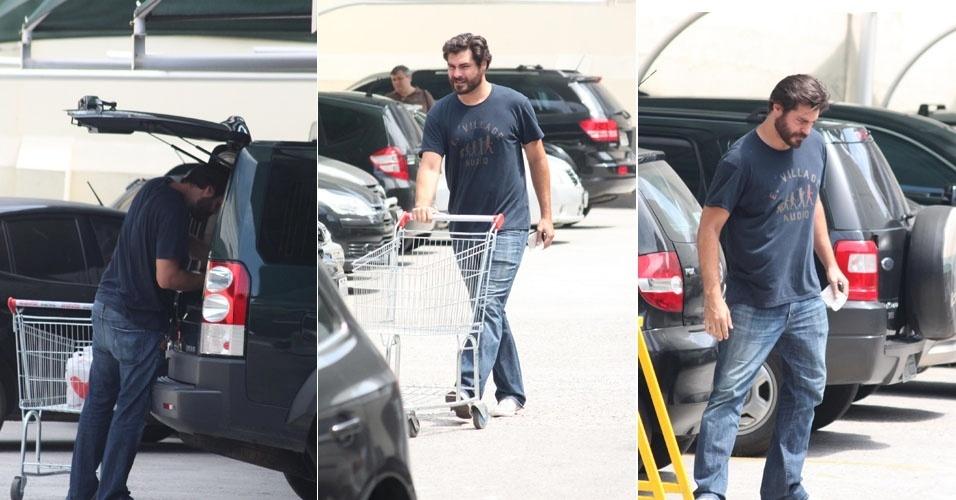 """""""Dono de casa"""", Thiago Lacerda faz compras em supermercado no Rio de Janeiro (3/3/12)"""