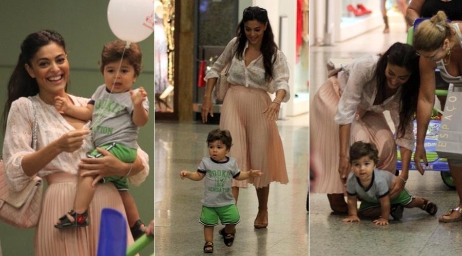 Juliana Paes brinca com o filho Pedro durante passeio no shopping Rio Design Barra, na zona oeste carioca (3/3/12)