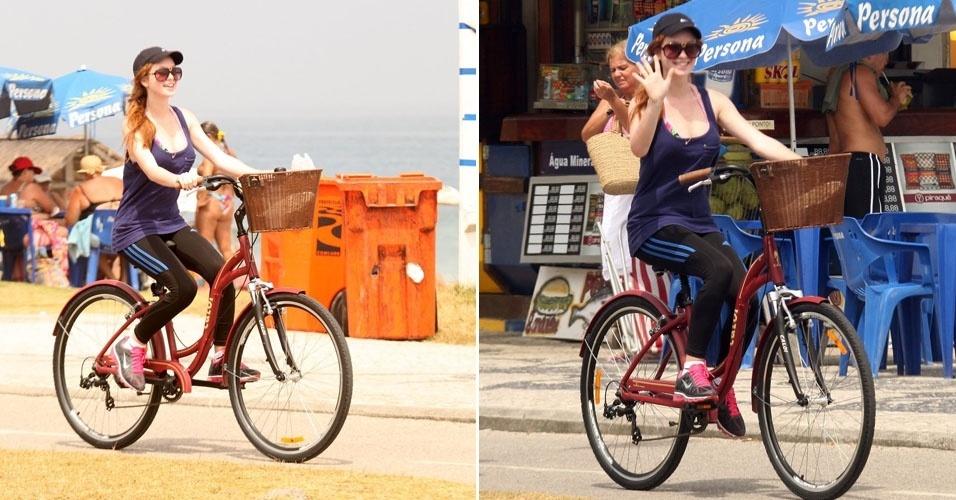 Marina Ruy Barbosa aproveita o sábado de sol para pedalar na orla da Barra da Tijuca, no Rio. Simpática, a atriz deu um tchauzinho para o paparazzi (3/3/12)