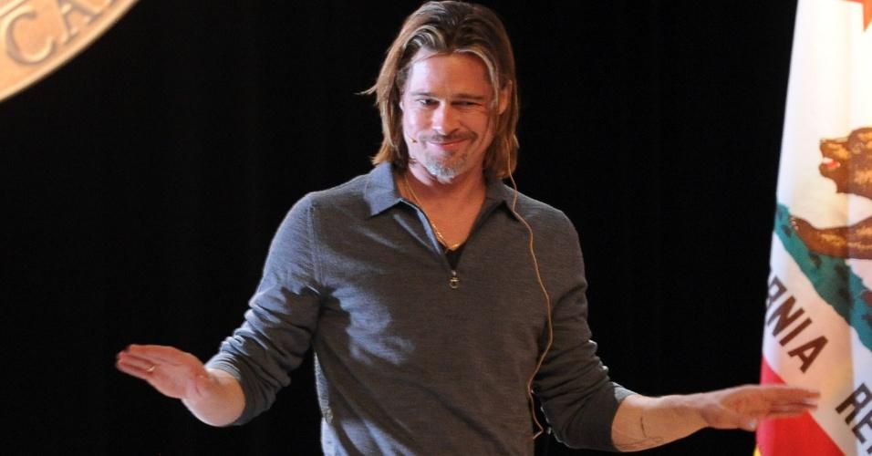 Brad Pitt faz sua apresentação na noite de leitura da peça