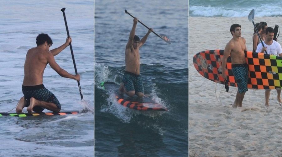 Caio Castro usa prancha fluorescente para surfar em praia da Barra da Tijuca, na zona oeste carioca (4/3/12)