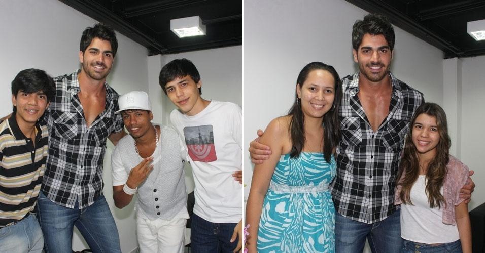 O ex-BBB Rodrigão tira fotos com fãs no no camarim do Manaus Teen Festival, no Amazonas (4/3/12)