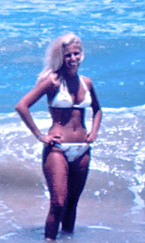 """Brunete Fraccaroli, do """"Mulheres Ricas"""", divulgou em seu Twitter uma foto antiga em que aparece de bíquini na praia (6/3/12)"""