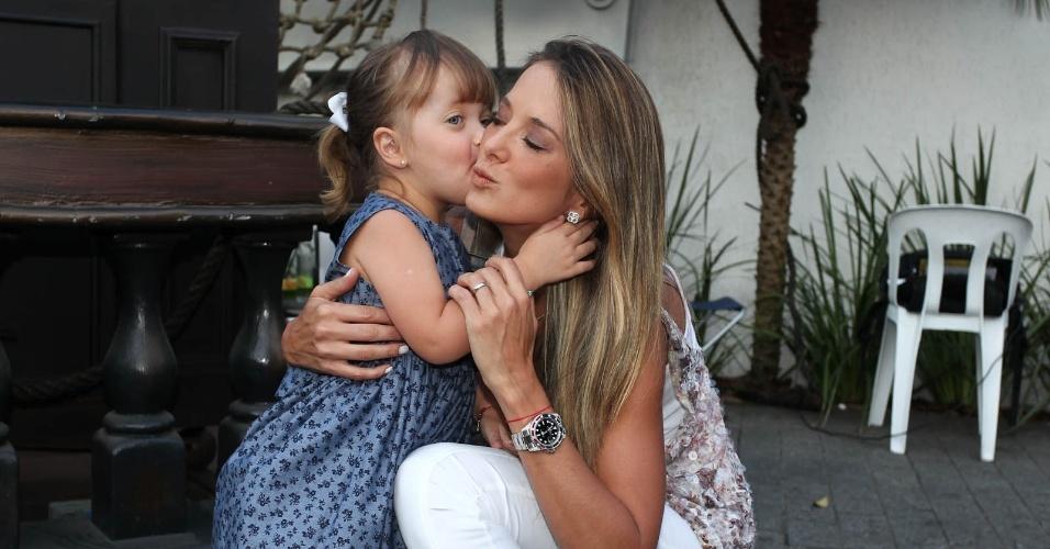 Rafaella Justus dá um beijo na mãe, Ticiane Pinheiro (6/3/2012). Elas prestigiaram o aniversário de cinco anos do filho de Emerson Fittipaldi
