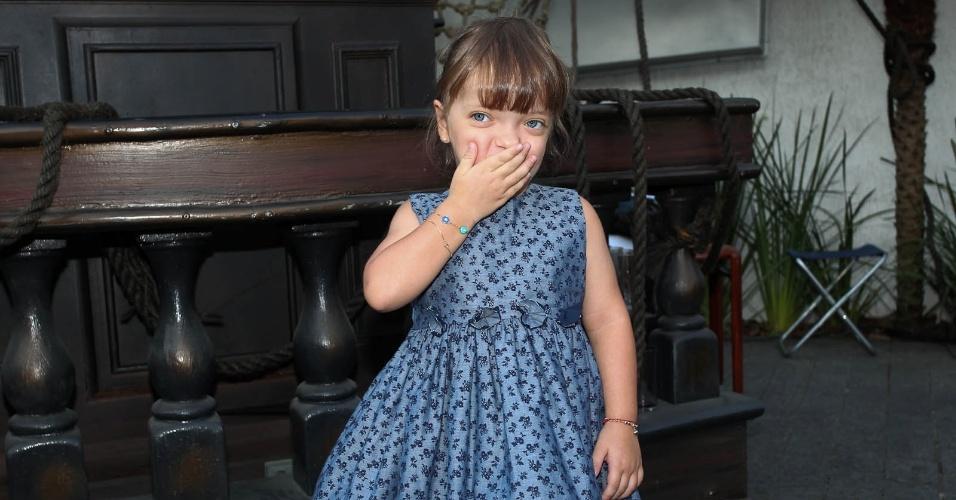 Rafaella Justus, filha de Roberto Justus e Ticiane Pinheiro, manda beijo para o fotógrafo ao chegar na casa de festas (6/3/2012)