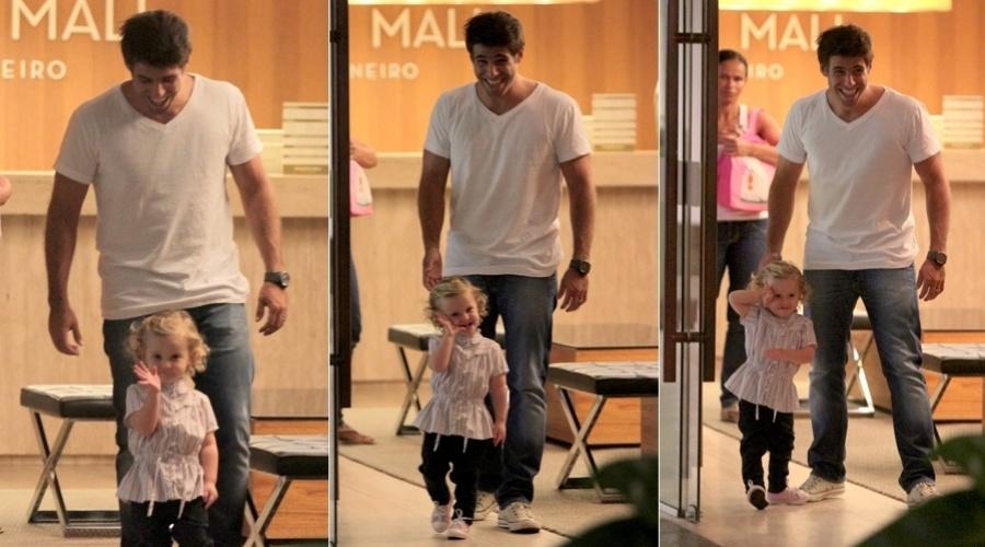 Raoni Carneiro passeia com a filha, Luísa, em shopping da zona sul do Rio (6/3/2012)