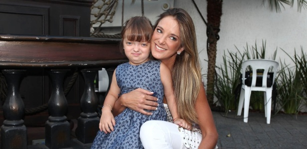 Ticiane Pinheiro posa ao lado da filha, Rafaella (6/3/2012) - Photo Rio News