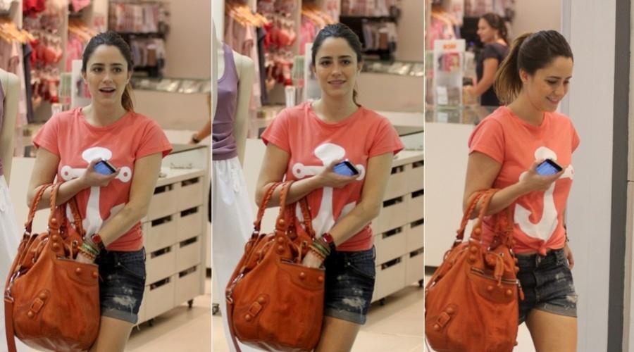 Fernanda Vasconellos passeia em shopping da Barra da Tijuca, zona oeste do Rio (7/3/2012)