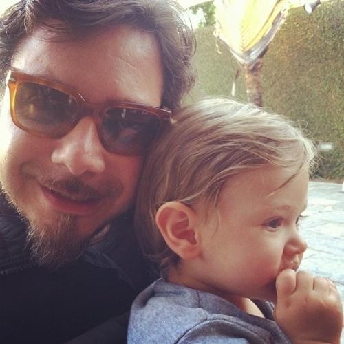 """No dia do aniversário do marido, Alexandre Iódice, Adriane Galisteu posta em seu Twitter uma foto do amado com o filho, Vittorio: ?Parabens papai.... Nos amamos vc..."""" (7/3/12)"""