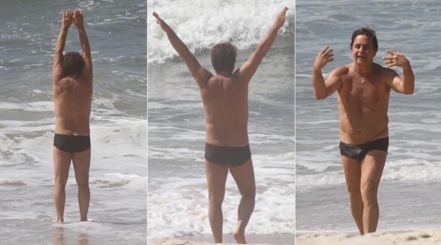 O ator Marcos Frota faz alongamento na Prainha, na zona oeste do Rio (7/3/12)