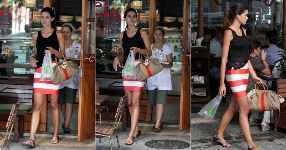 A modelo Raica Oliveira é vista saindo de restaurante no Rio de Janeiro (8/3/12)