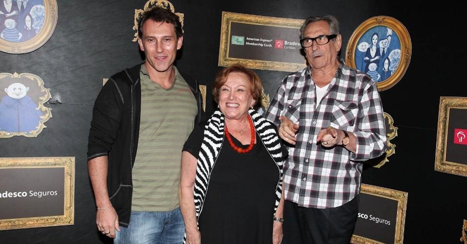 """Paulo Goulart, Nicette Bruno e o filho, Paulo Goulart Filho prestigiam a estreia do musical """"A Família Addams"""" no Teatro Abril, localizado no bairro da Bela Vista, em São Paulo (7/3/2012)"""
