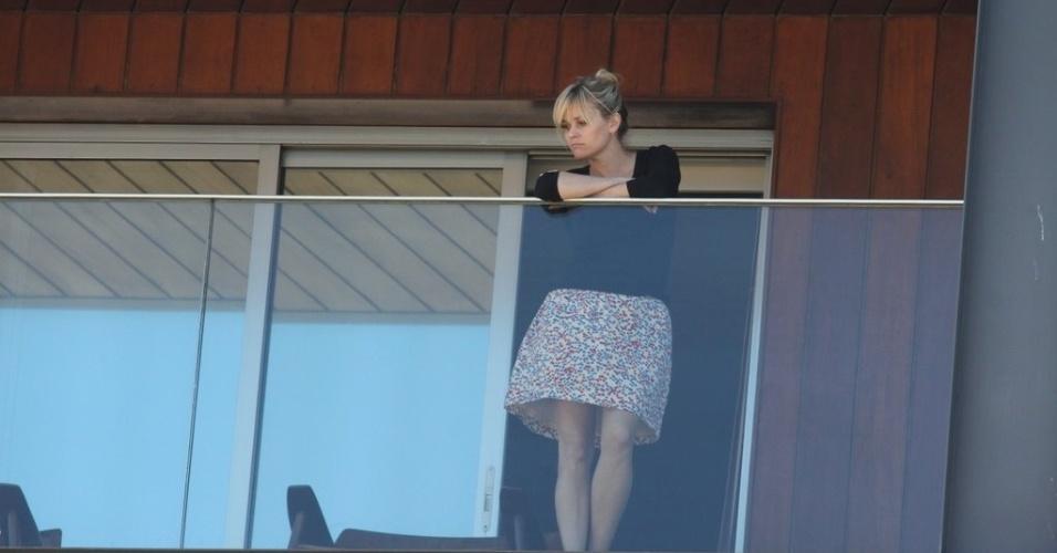 """Reese Witherspoon observa a vista na sacada do hotel Fasano em Ipanema, no Rio de Janeiro. A atriz está no Brasil para divulgar o filme """"Guerra é Guerra"""", que estreia dia 16 de março (8/3/12)"""