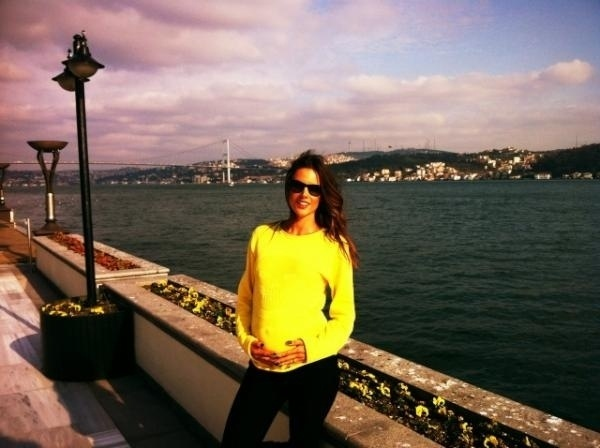 """Grávida, a top Alessandra Ambrósio postou em seu Twitter uma foto tirada em Istambul, na Turquia (9/3/12). """"Beautiful Istanbul!!!!"""", escreveu a bela na legenda"""