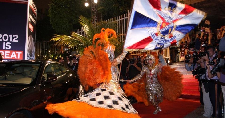 """Mestre-sala e porta-bandeira se apresentam na chegada do príncipe Harry na festa de lançamento da campanha """"Great"""" no Pão de Açúcar, na Urca, Rio de Janeiro (9/3/12)"""