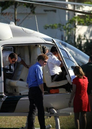 Príncipe Harry é fotografado voltando de passeio de helicóptero no Rio de Janeiro (9/3/12)
