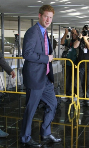 Príncipe Harry é recebido por fotógrafos ao sair do aeroporto do Galeão, no Rio de Janeiro (9/3/12)