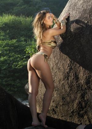 Rayanne Morais, namorada do cantor Latino, posa para ensaio fotográfico na Prainha, no Rio de Janeiro (9/3/12)
